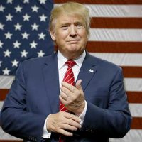 دونالد ترامپ در کنار پرچم آمریکا - آیا نشانه وطن پرستی و علاقمندی او به کشورش ویا تظاهر و خودنمائی او را نشان می دهد؟!.