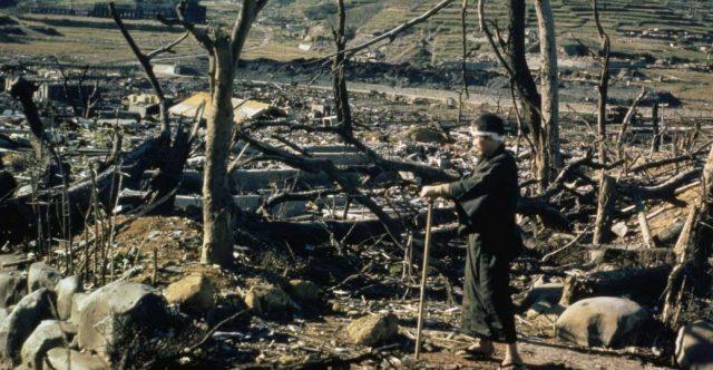یک صحنه از فاجعه بمب اتمی آمریکا که شهر ناکازاکی را به کلی ویران ساخت و ساکنین آن را کشت و یا بر اثر تشعشعات اتمی به بیماری های گوناگون از جمله سرطان مبتلی ساخت.