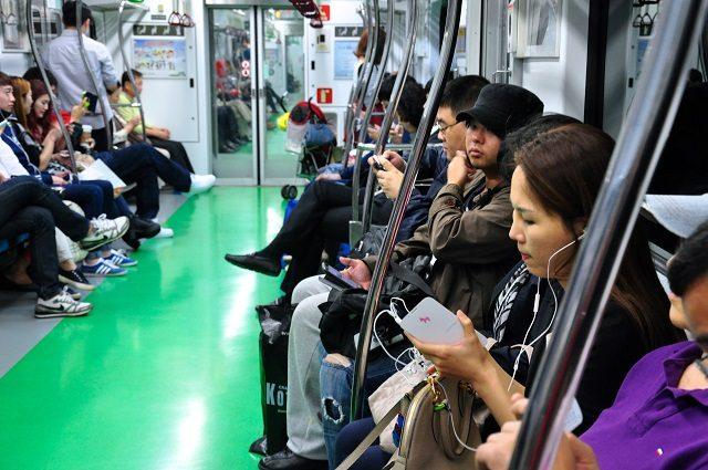 """اگر سری به مترو یا اتوبوس بزنید ، یا اگر در خانواده به اعضای آن دقت کنید متوجه خواهید شد که """"اینترنت همراه"""" جای روابط خانوادگی و اجتماعی را پر کرده است. انسانها درون مترو بی توجه به یکدیگرند و فقط به شبکه های اجتماعی توجه دارند. دیگر خبری از برخورد انسانی میان افرا نیست و مردم با هم روز بروز غریبه تر می شوند. شاید تجربه کرده اید که به مهمانی بروید و ببینید که همه حاضران بجای توجه به گردهم آیی در این مهمانی سرشان در موبایلشان است و گویی """"سر در ابر """" دارند. به نظر می رسد روانشناسان ، آموزکاران و جامعه شناسان باید راه حلی را برای افزایش روابط انسانی در برابر روابط مجازی ایجاد نمایند."""