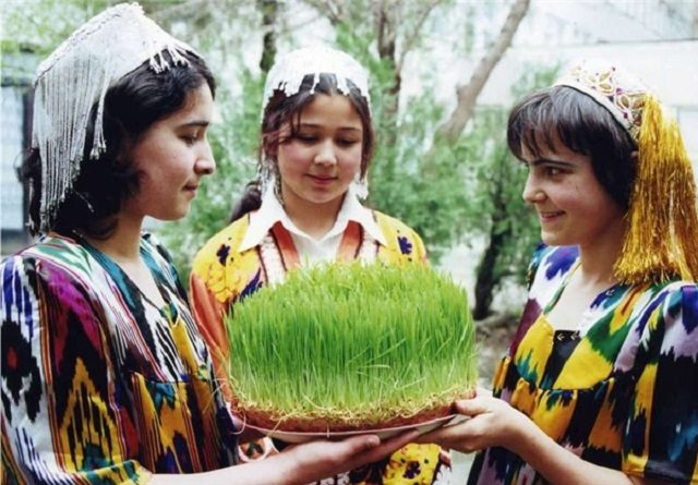 اجیکستان؛ کشوری کم جمعیت اما سکولار که فرهنگ و زبان پارسی را ارج نهاده و هرساله جشنهای ایرانی را با شکوه بیش از پیش برگزار می نماید. فقر و تنگدستی مردم این کشور بخاطر نداشتن زمین است. 90 درصد تاجیکستان کوههای با شیب تند است ولی به همین دلیل شاید این کشور در صورت ادامه امنیت و ثبات بتواند از صنعت توریسم و فروش آب به در آمدی برسد؛ حکومت سکولار تاجیکستان دموکراسی نیست و شاید به مذاق ما خوش نیاید ولی دست کم حفظ زبان و تمدن تاجیکها در میان این همه تروریست اسلامی پیرامون آن هم شاید هنری باشد.