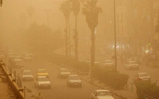 گرد و خاک و ریز گردهای خطرناک استان خوزستان را پوشانده و نفس کشیدن و زندگی را بر مردم سیاه و تلخ کرده است.