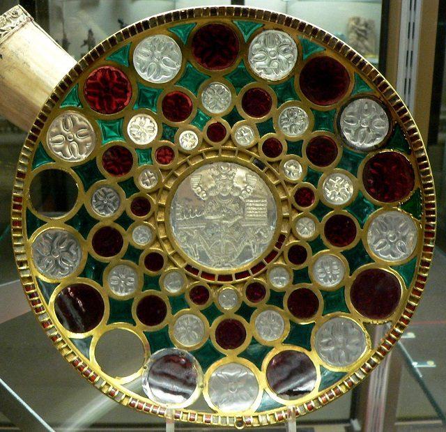 فرشبافی ، شیشه گری ،کاشیکاری و پارچه های رنگین ساسانی زینت بخش موزه های جهان است.