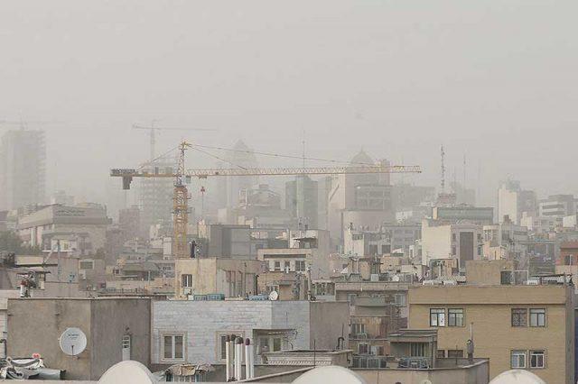 در این تصویر هوای پر از گرد و طوفان خوزستان که موجب قطع برق و آب مردم شده را می بینید.