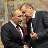 تجربه نشان داده است که روسها می توانند به سرعت پیمان شکنی نمایند و حمایت از ایران و اسد تنها بهانه ای برای حضور روسیه در منطقه است. منافع سیاسی و نظامی روسیه شاید بر منافع اقتصادیش بچرخد ولی بهر حال حضور روسیه در یک کشور عربی آن هم در قلب خاور میانه می تواند منافع اقتصادی هم برای روسها داشته باشد. روابط محکم با امریکا طبیعتا برای پوتین وسوسه انگیز است و روسیه هیچ گاه بخاطر جمهوری اسلامی در برابر امریکا ریسک نکرده است. عیناً مانند پرونده هسته ای که روسیه ناگهان درست ایران را در حنا گذاشت؛ چون منافع روسیه حکم می کرد که با امریکا همراه شود.