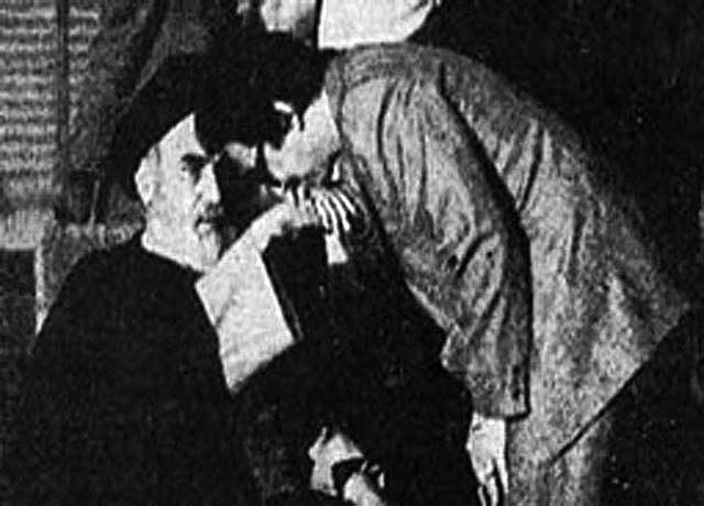 بنی صدر پیشتاز و بزرگترین یعامل فرو کردن خمینی به حلق مردم ایران بود. آقای بنی صدر در این جا دست و حتی پای آقای خمینی هم می بوسید: