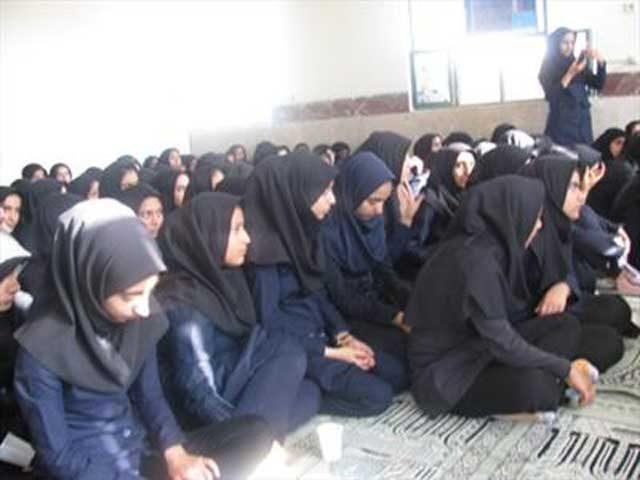 این جمع در اینجا دانش آموزان مدرسه اند یاشرکت کنندگان در مجلس ختم؟. به راستی برای رژیم شرم و خجالت آور است که این چنین بلا و مصیبت به سر غنچه های گل کشورمان میآورده است!!