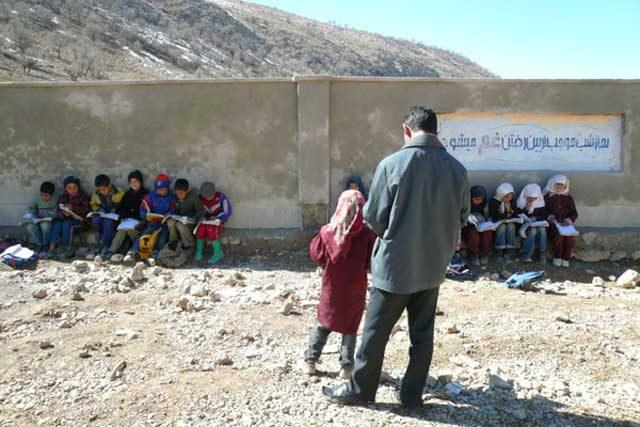 این مدرسه رژیم اسلامی است که دوقسمت جداگانه به طور اسلامی دانش آموزان جمع شده اند.رژیم گناهی ندارد آخر پس از فرستادن سهمی غزه و لبنان و سوریه دیگر پولی نماند که صرف ساختمان مدرسه شود.