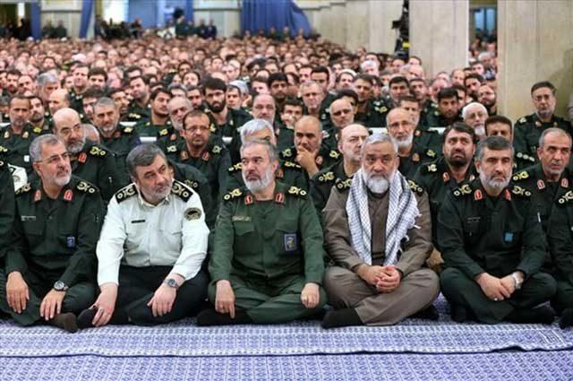 اینها فرماندهان سپاه و یا مفتخوران سر سفره ملت ایرانند که به ترتیب وزن نشسته اند.